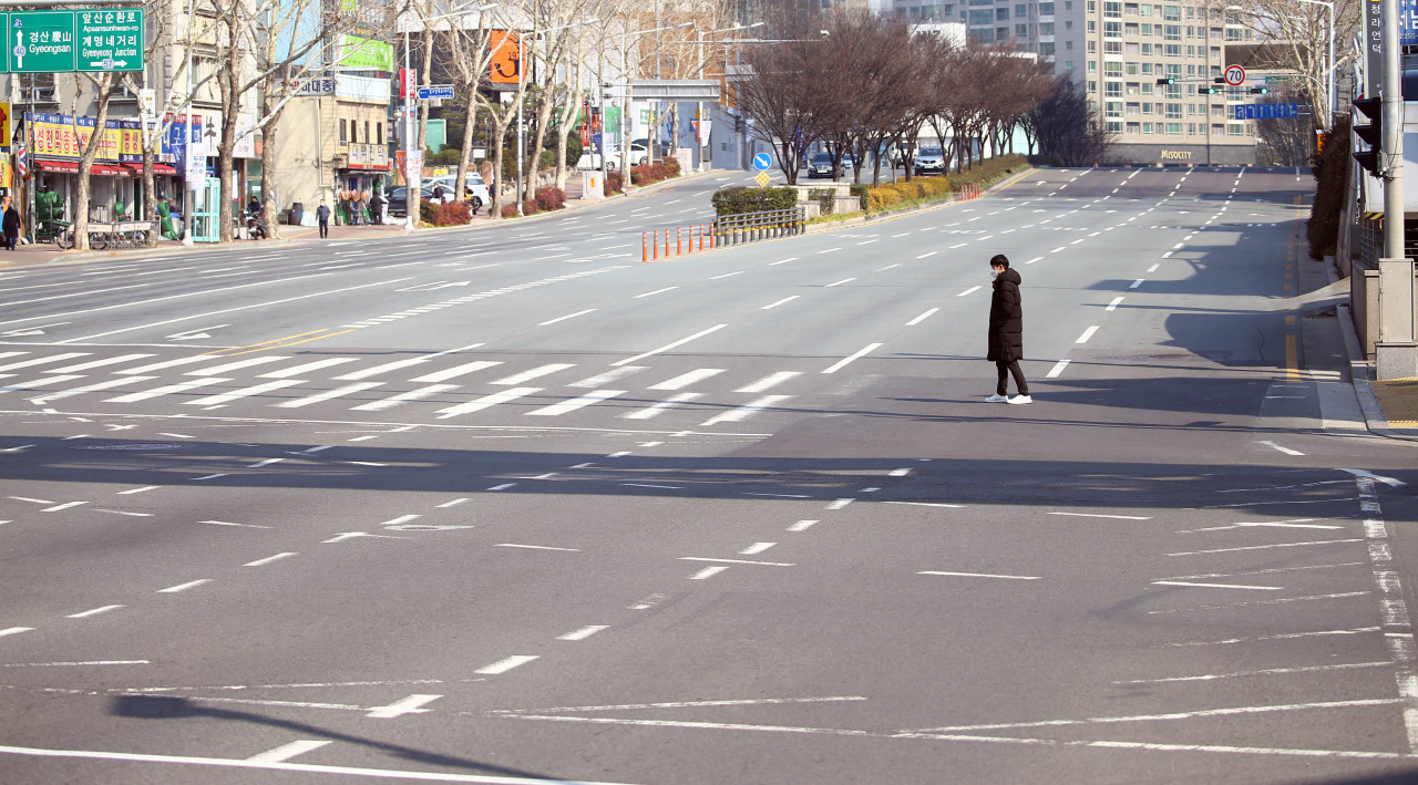 A street in central Daegu on Thursday. Following more than 30 confirmed cases of COVID-19, citizens in the southern city are avoiding public places. Yonhap