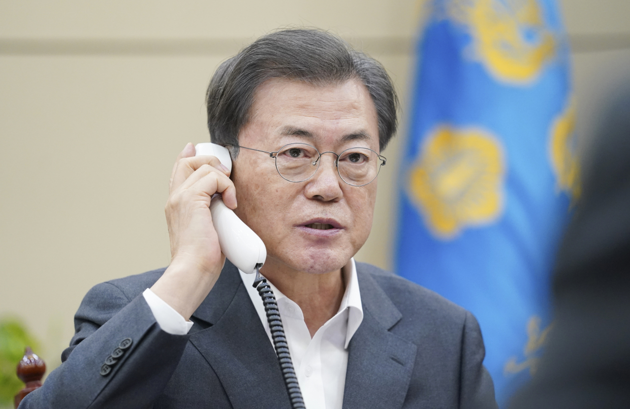 President Moon Jae-in talks with Chinese counterpart Xi Jinping over the phone on Thursday. (Cheong Wa Dae)