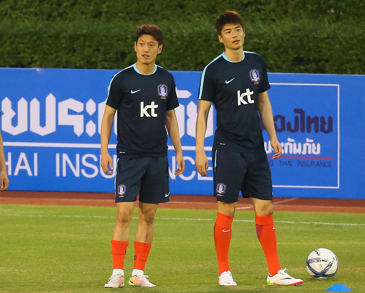 Ki Sung-yueng (right). Yonhap