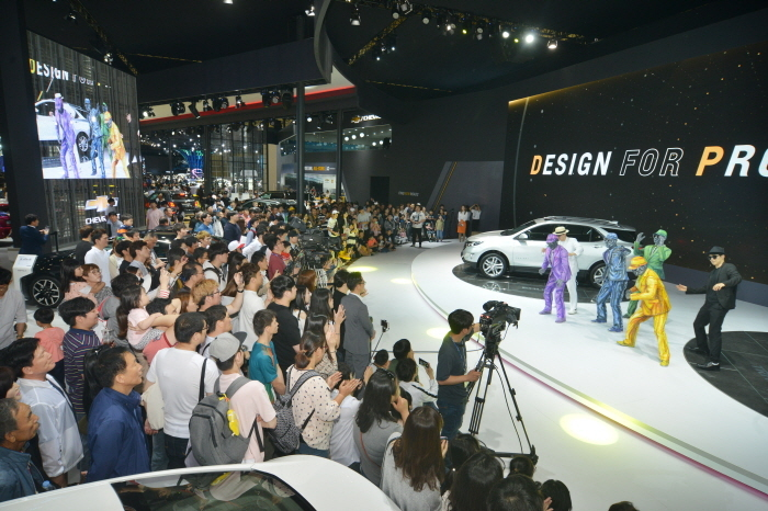 Visitors watch a vehicle launch event during the Busan International Motor Show 2018. (Busan International Motor Show)