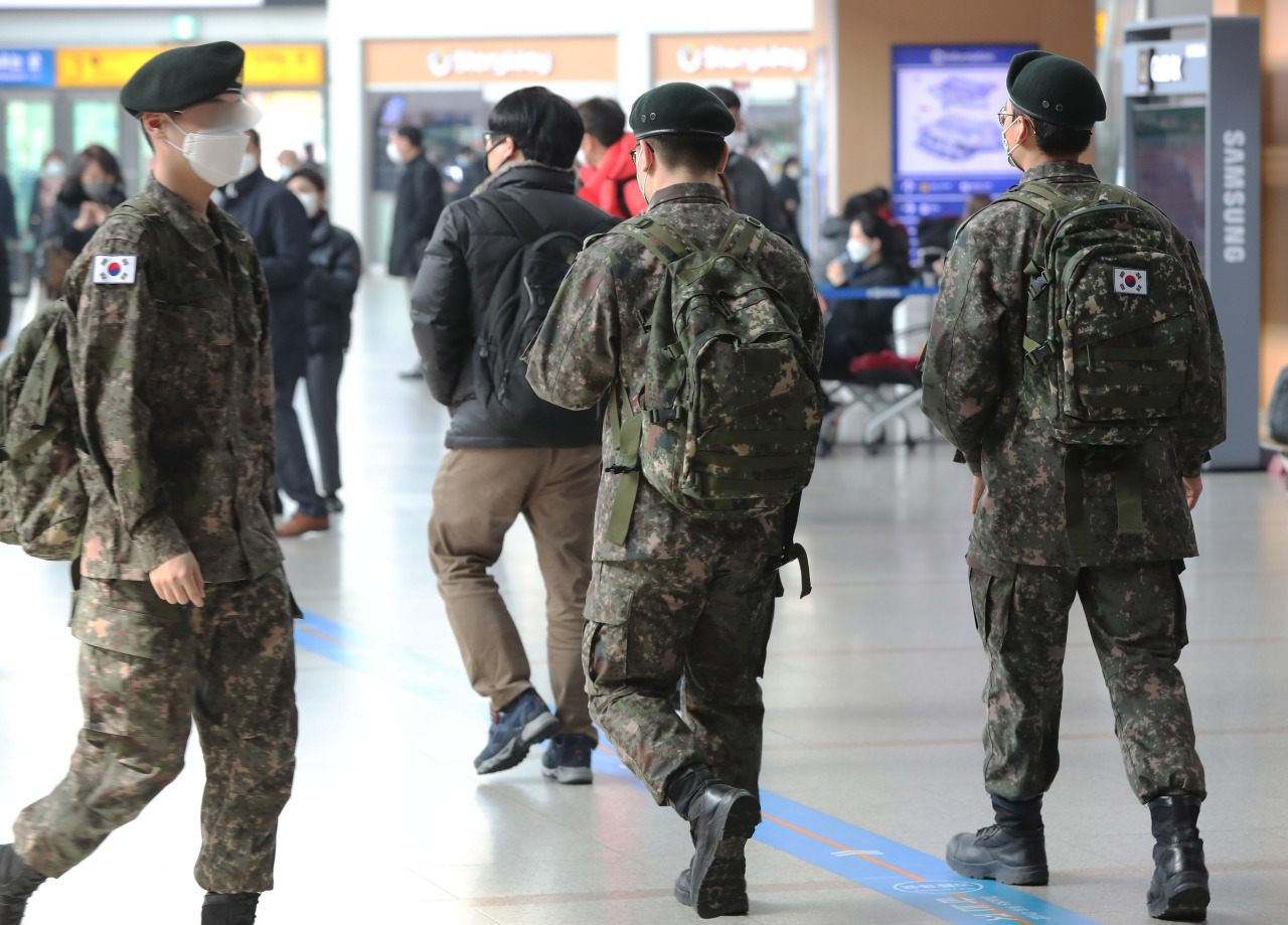 Soldiers on leave at Seoul Station (Yonhap)