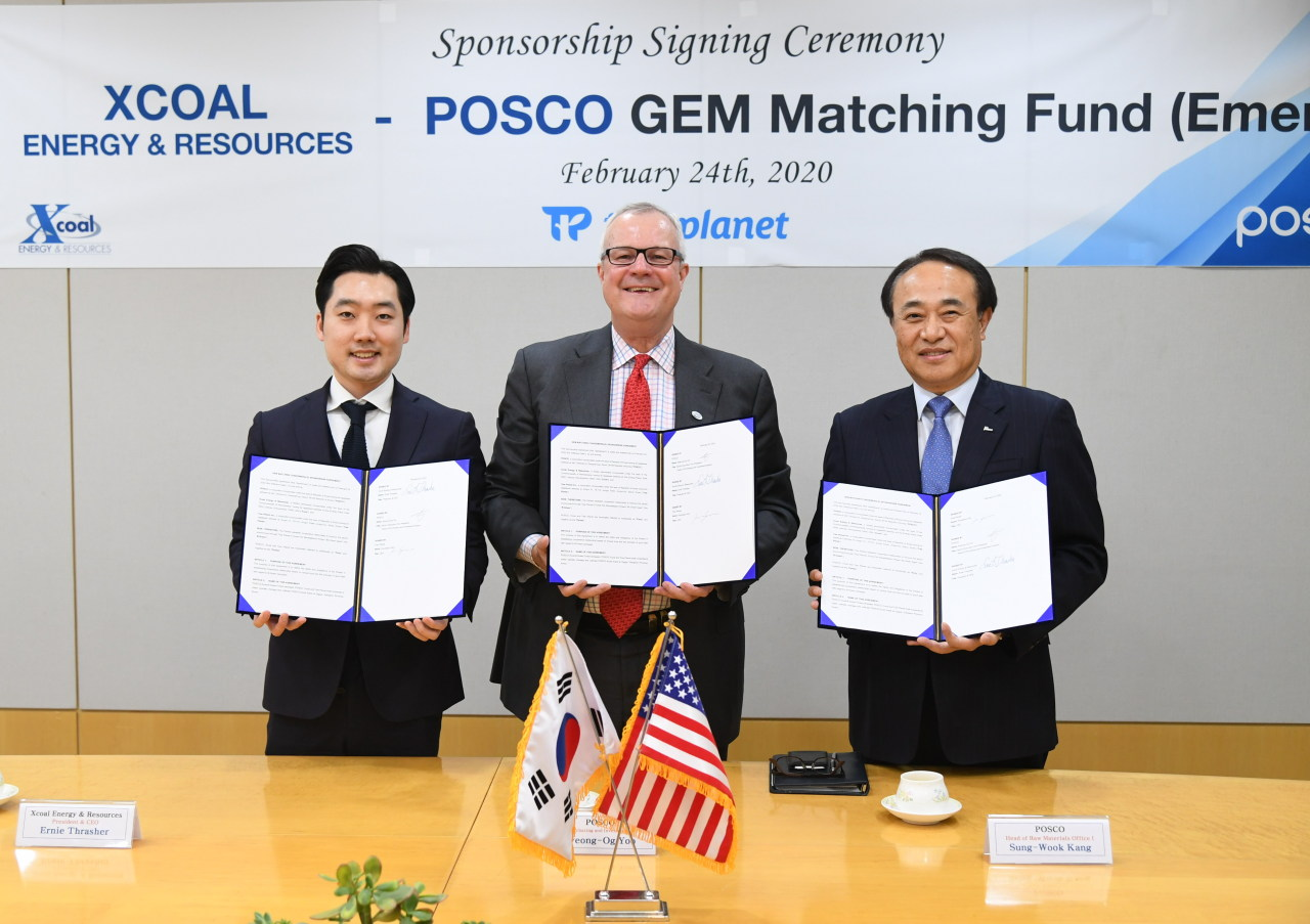 Yoo Byeong-Og, Senior Executive Vice President and the head of Purchasing and Investment Division at POSCO (right), Ernie Thrasher, Chief Executive Officer of Xcoal Energy & Resources (center) and Kim Hyung-soo, Chief Executive Officer of Tree Planet pose at the signing ceremony for GEM matching fund, held in Seoul on Monday. (Posco)