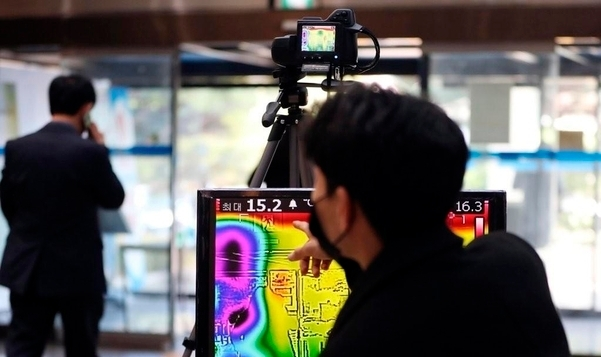 Thermal sensing cameras installed at the entrance of a building to prevent the spread of COVID-19 (Yonhap)