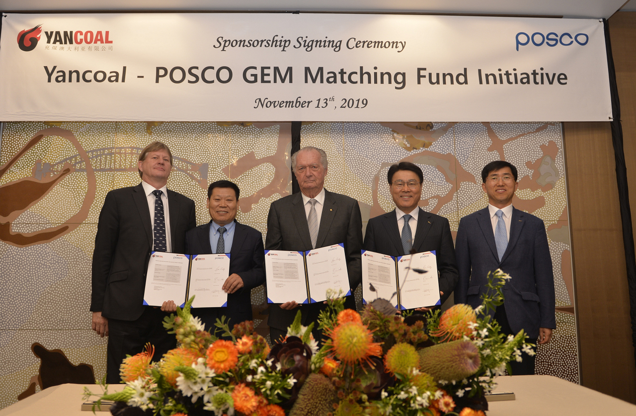 From left: Yancoal CEO Reinhold Schmidt, Yancoal Vice Chairman Fucun Wang, Clontarf Foundation Chairman Ross Kelly, Posco Chairman Choi Jeong-woo and Posco Senior Vice President Kang Sung-wook pose after signing a sponsorship agreement for the GEM Matching Fund on Nov. 13. (Posco)