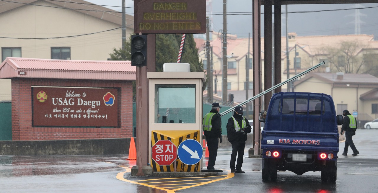 Officers on Camp Walker check on vehicles entering the US Army base in Daegu. (Yonhap)