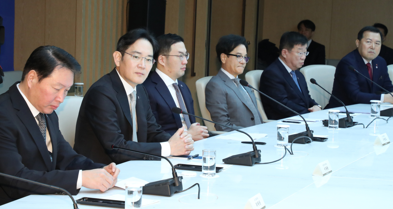 Business leaders hold a meeting with President Moon Jae-in on measures to contain the novel coronavirus spread on Feb. 13. (Yonhap)