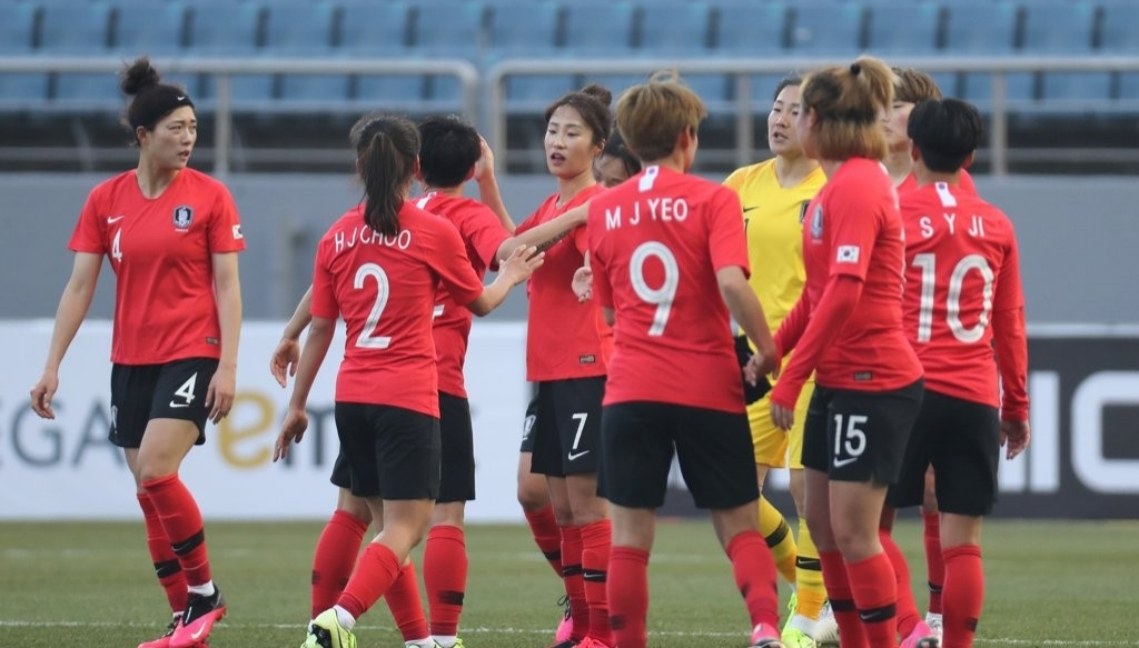 South Korean athletes celebrate 3-0 victory in a match against Vietman in the Group A match of the third round of Asian qualifying for 2020 Tokyo Summer Olympics at Jeju World Stadium in Jeju Islan on Feb. 9. (Yonhap)