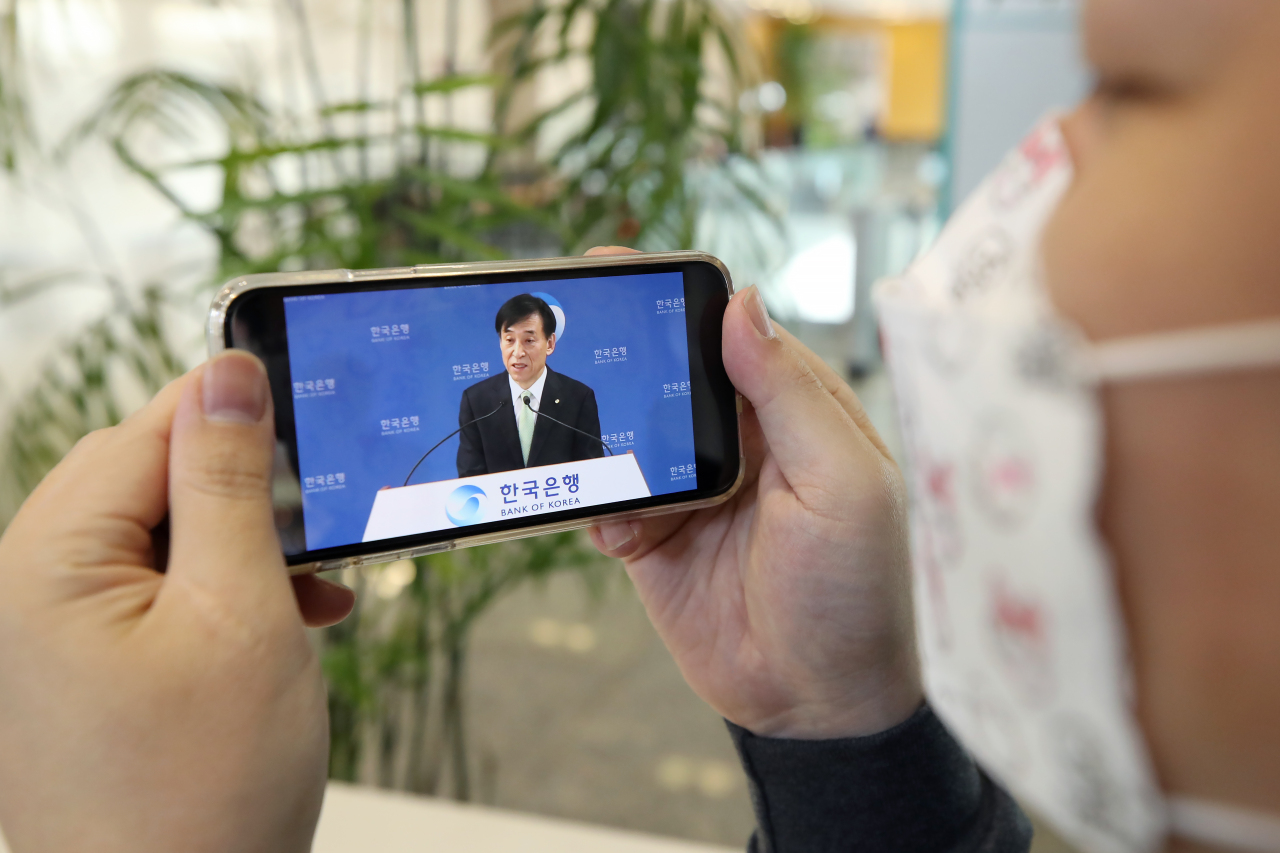 Bank of Korea Gov. Lee Ju-yeol answers questions from reporters during the central bank's first press conference to be livestreamed via YouTube on Thursday. (Yonhap)