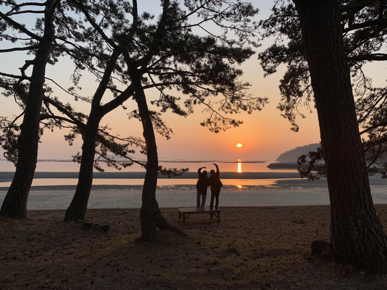 The sun goes down at Songhori Beach, one of many sunset viewpoints in Haenam. (By Im Eun-byel / The Korea Herald)