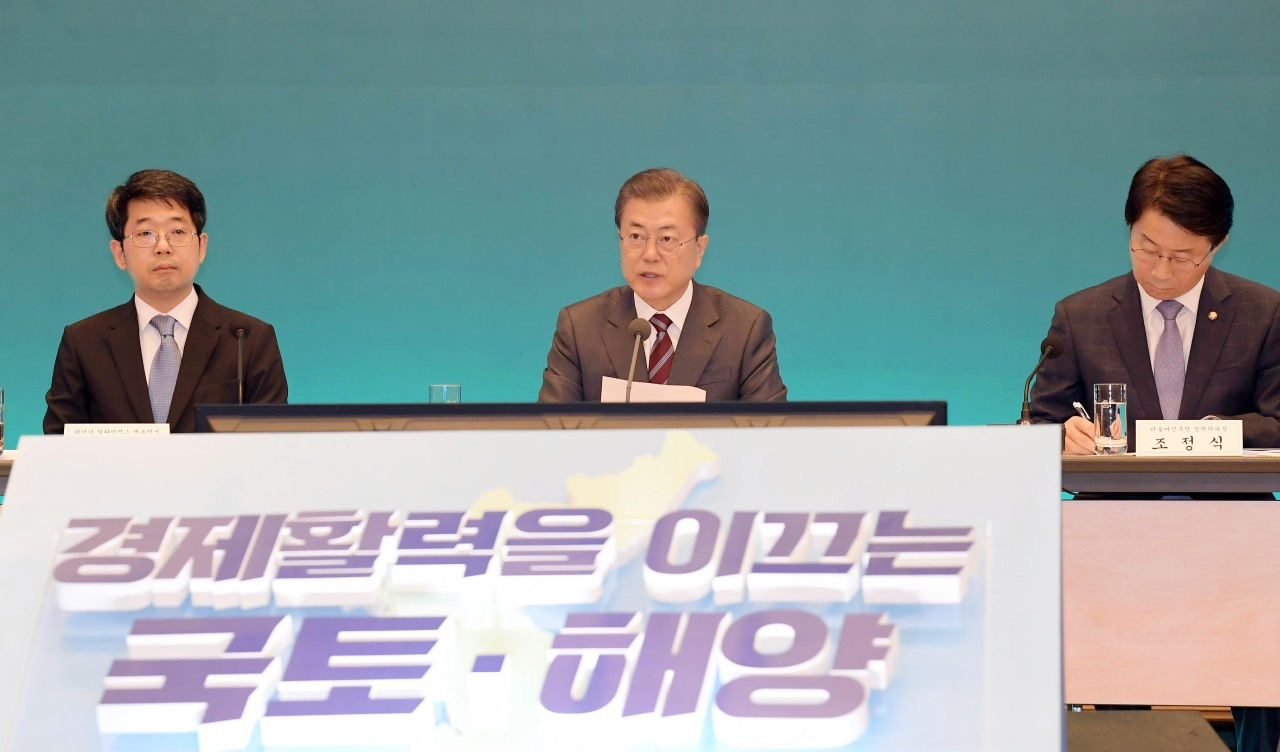 President Moon Jae-in speaks at the briefing session on Thursday. Yonhap