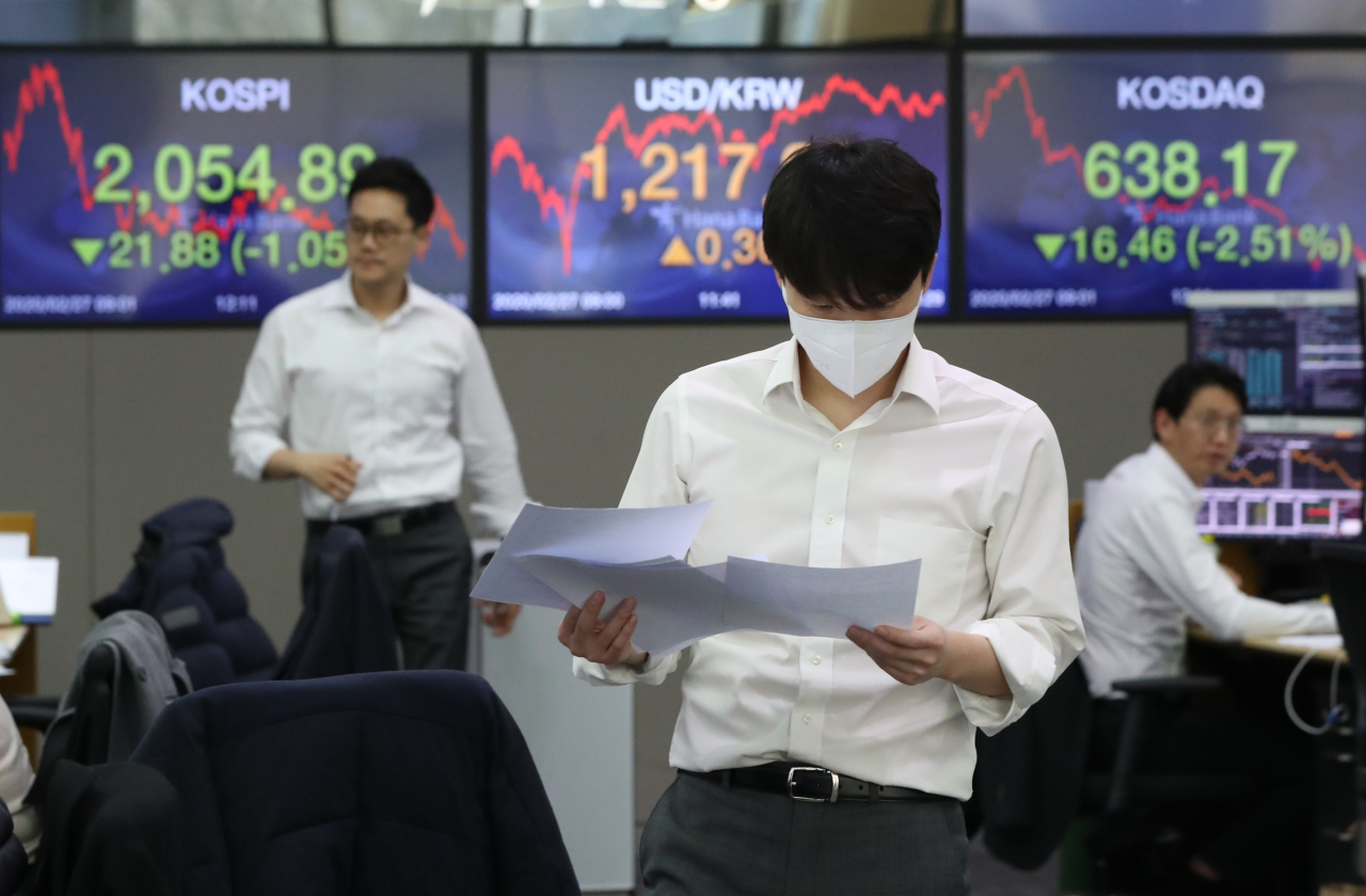 An electronic signboard at Hana Bank's dealing room in Seoul on Thursday shows the closing prices of the nation's benchmark Kospi and secondary tech-heavy Kosdaq indexes. (Yonhap)
