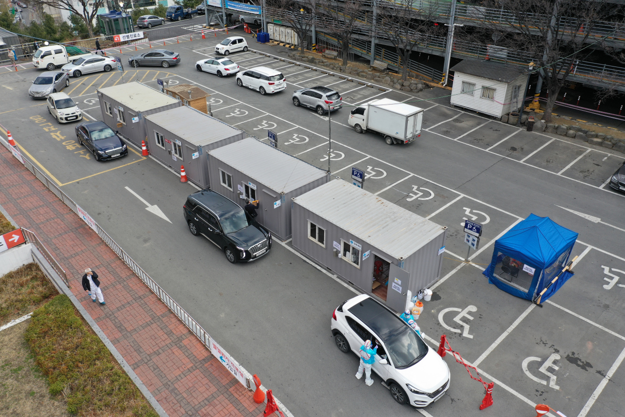 A drive-thru clinic set up at a parking lot (Yonhap)