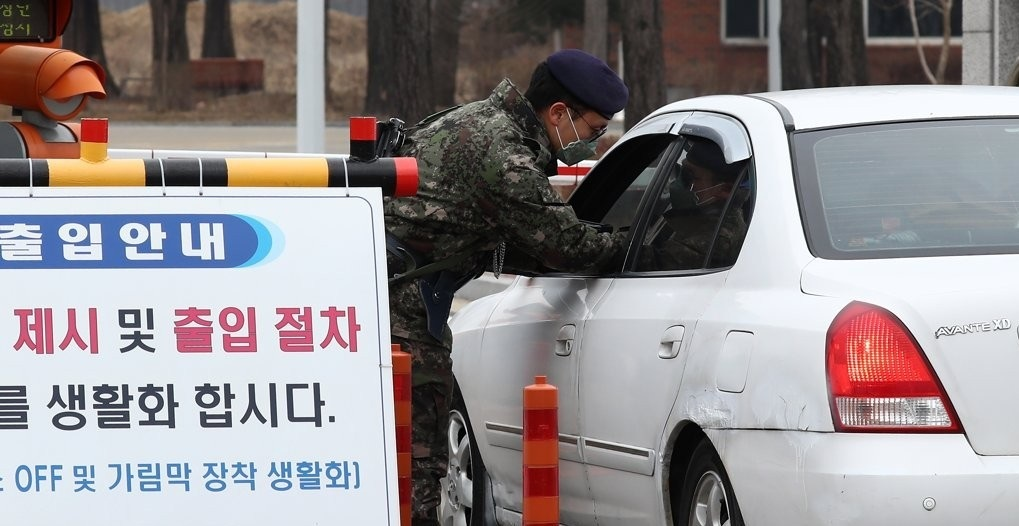 A soldier conducts temperature checks at the entrance to one of the Air Force bases at Gyeryongdae, South Korea's main military compound, in the city of Gyeryong, South Chungcheong Province. (Yonhap)