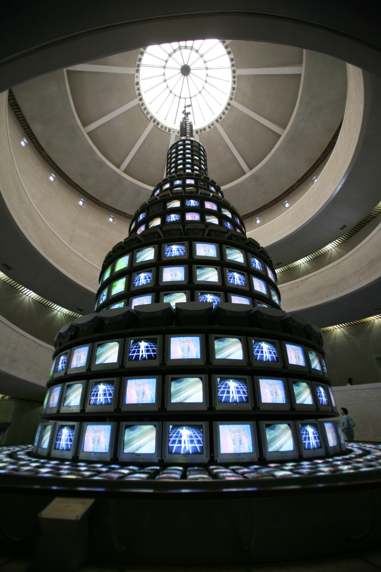 """Paik Nam-june's """"The More the Better"""" (1988) at MMCA Gwacheon. The 18.5-meter-tall media tower consists of 1,003 television monitors. (MMCA)"""