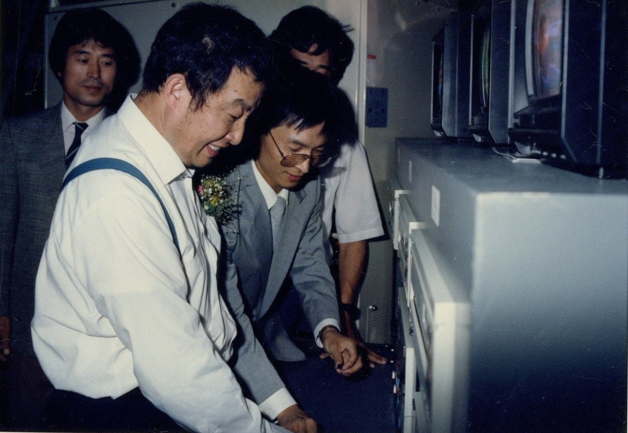"""Paik Nam-june attends the opening ceremony of """"The More the Better"""" in 1988.(MMCA)"""