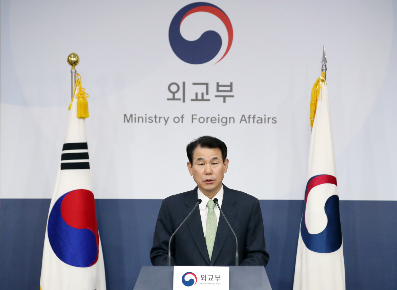 Jeong Eun-bo, South Korea's top negotiator for the defense cost-sharing deal with the US, speaks at a press conference at Seoul's Foreign Ministry on Friday. (Yonhap)