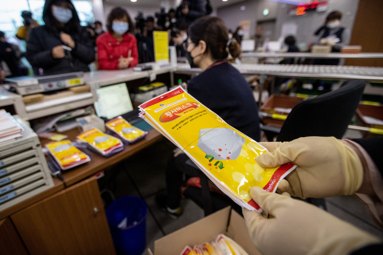 A post office in Paju, north of Seoul, sells masks on Friday. Earlier, post offices nationwide were designated as emergency mask supply locations by the government amid the new coronavirus crisis. (Yonhap)