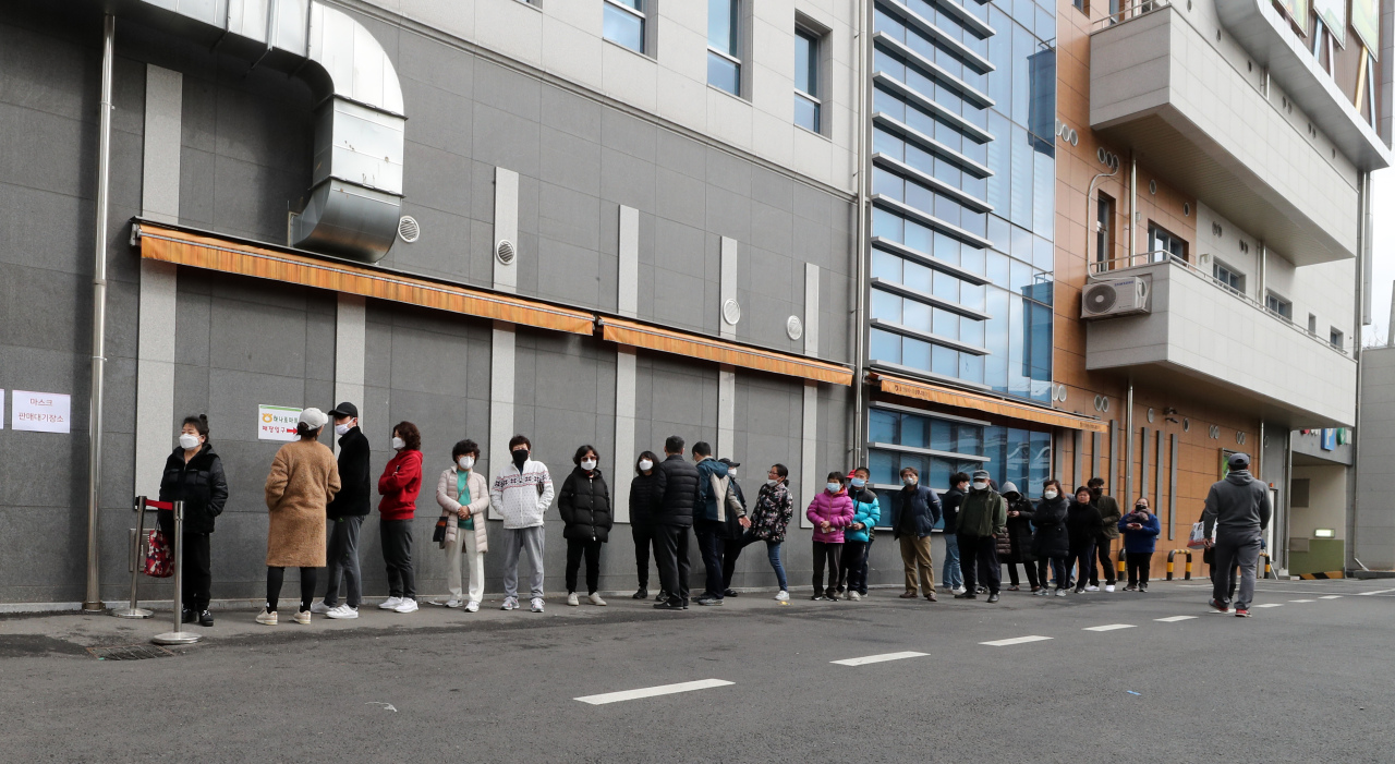 Citizens in virus-stricken Daegu line up to buy face masks early Saturday morning. (Yonhap)
