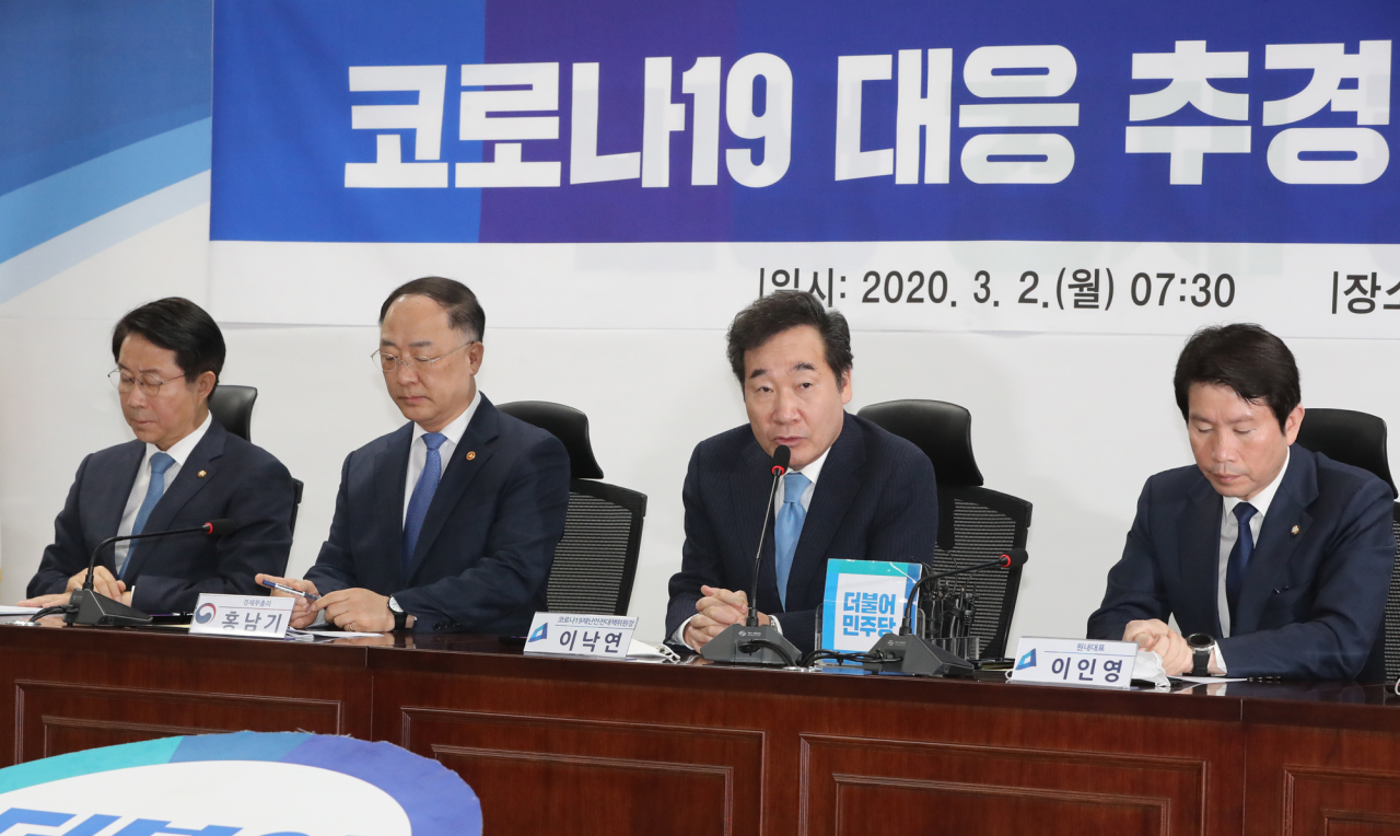 Government and ruling Democratic Party officials including Finance Minister Hong Nam-ki (second from left) hold a meeting on the supplementary budget on Monday. Yonhap