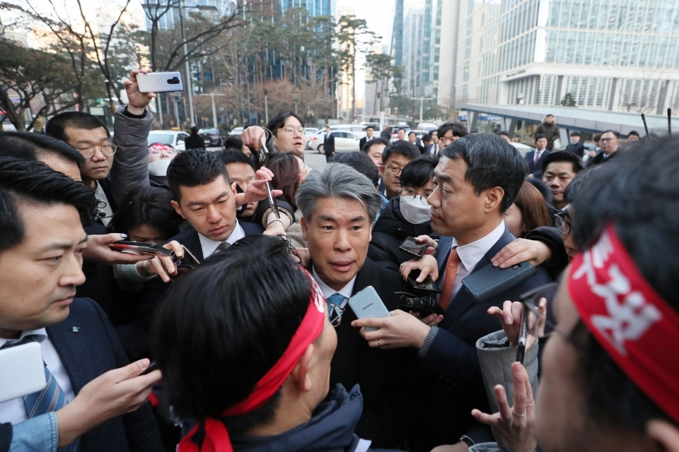 IBK workers obstruct new CEO Yoon Jong-won from entering the bank's headquarters in Seoul on Jan. 7. (Yonhap)