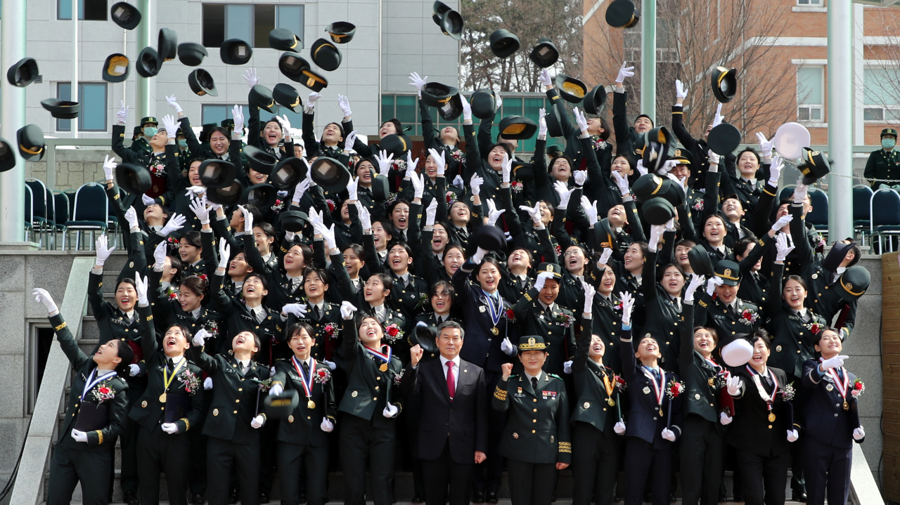 Military nurse officers during the commission ceremony at Korea Armed Forces Nursing Academy in Daejeon, with Defense Minister Jeong Kyeong-doo wearing a red tie in the front row on March 3, 2020 (Ministry of National Defense)