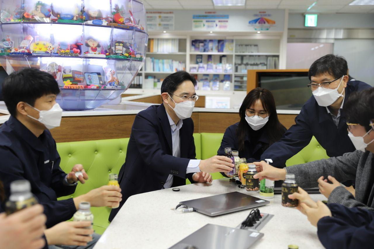 Samsung Vice Chairman Lee Jae-yong holds a meeting with employees at the company's plant in Gumi, North Gyeongsang Province, on Tuesday. (Samsung Electronics)