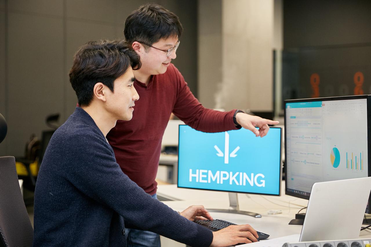 Hempking CEO Kim Kim Seung Hyun (right) and CTO Yang Ja-sung check their AI-based customs solution. (LG CNS)