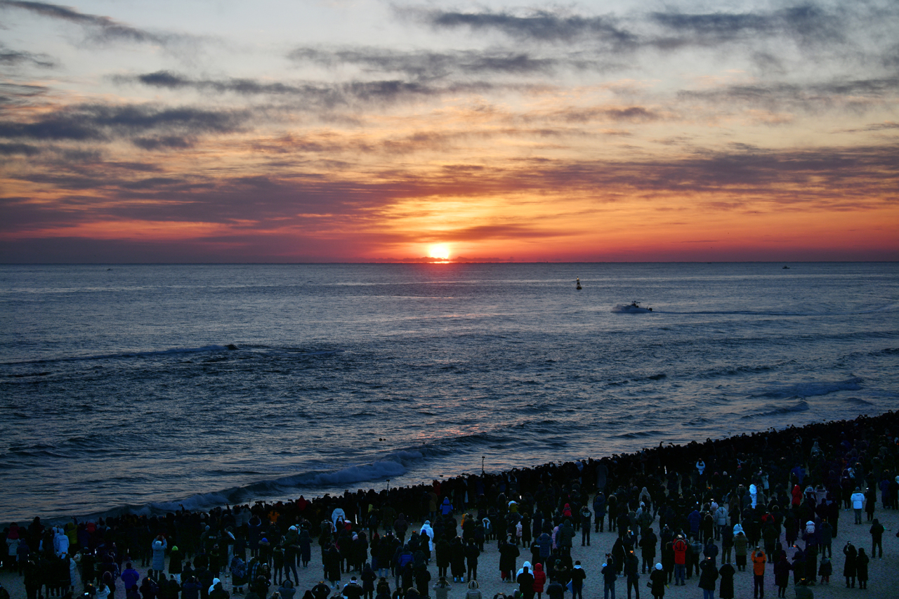 People at Sunrise Festival gather on the Sokcho Beach to celebrate the New Year. (Sokcho City)