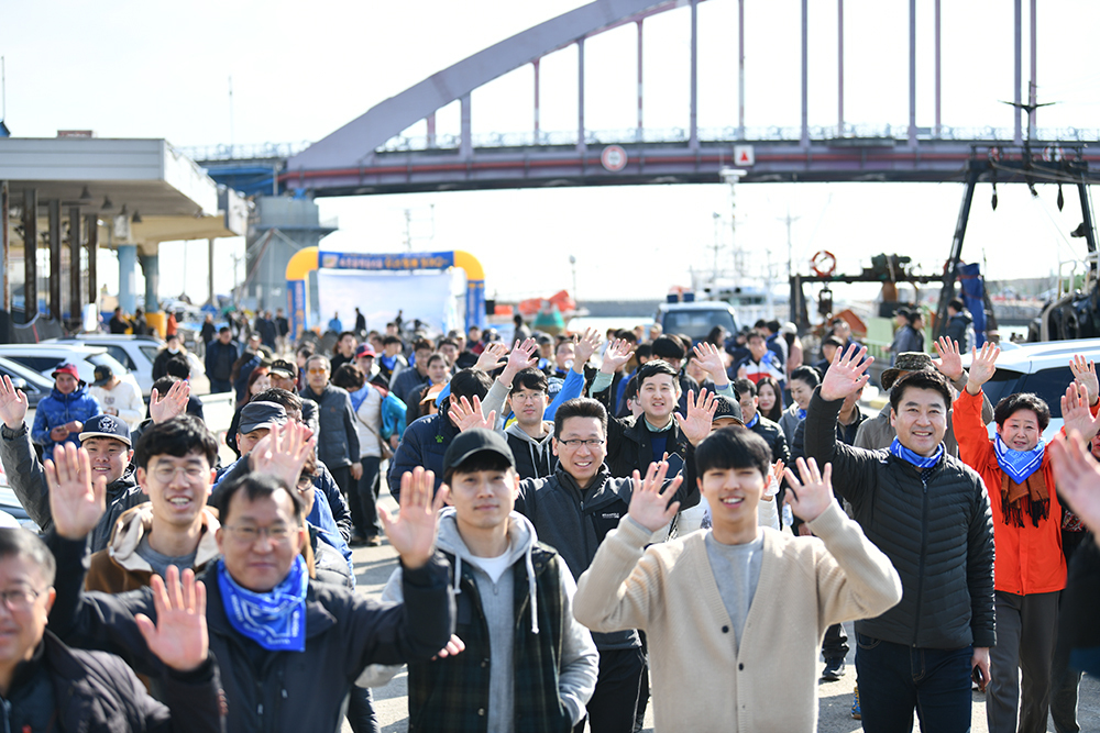 Citizens in Sokcho take part in a local walking event. (Sokcho City)