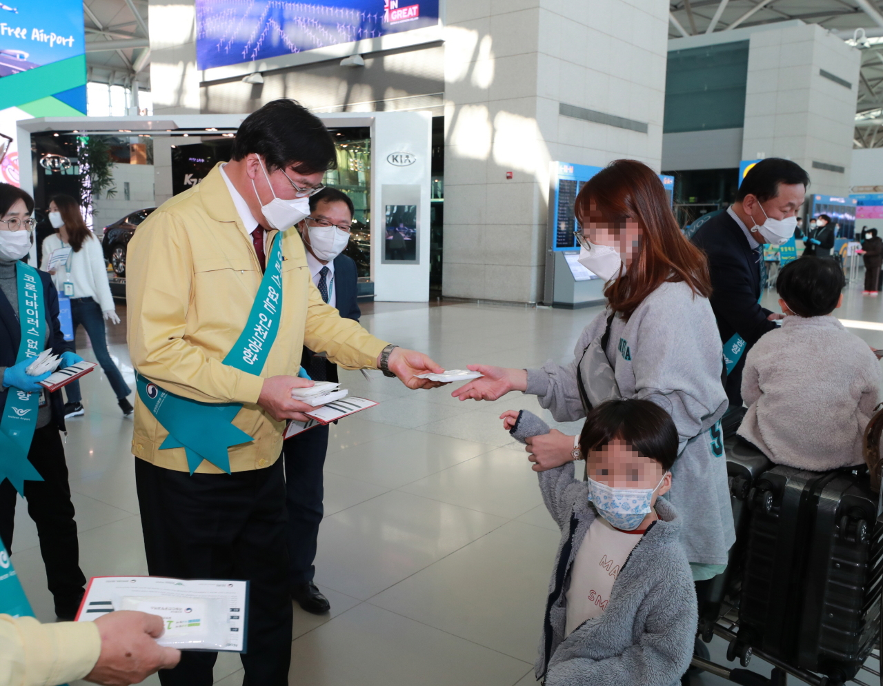 Incheon International Airport Corp. CEO Koo Bon-hwan (center left) gives out wet wipes with pamphlets on how to prevent coronavirus during the campaign to promote its stronger disinfection plans. (IIAC)