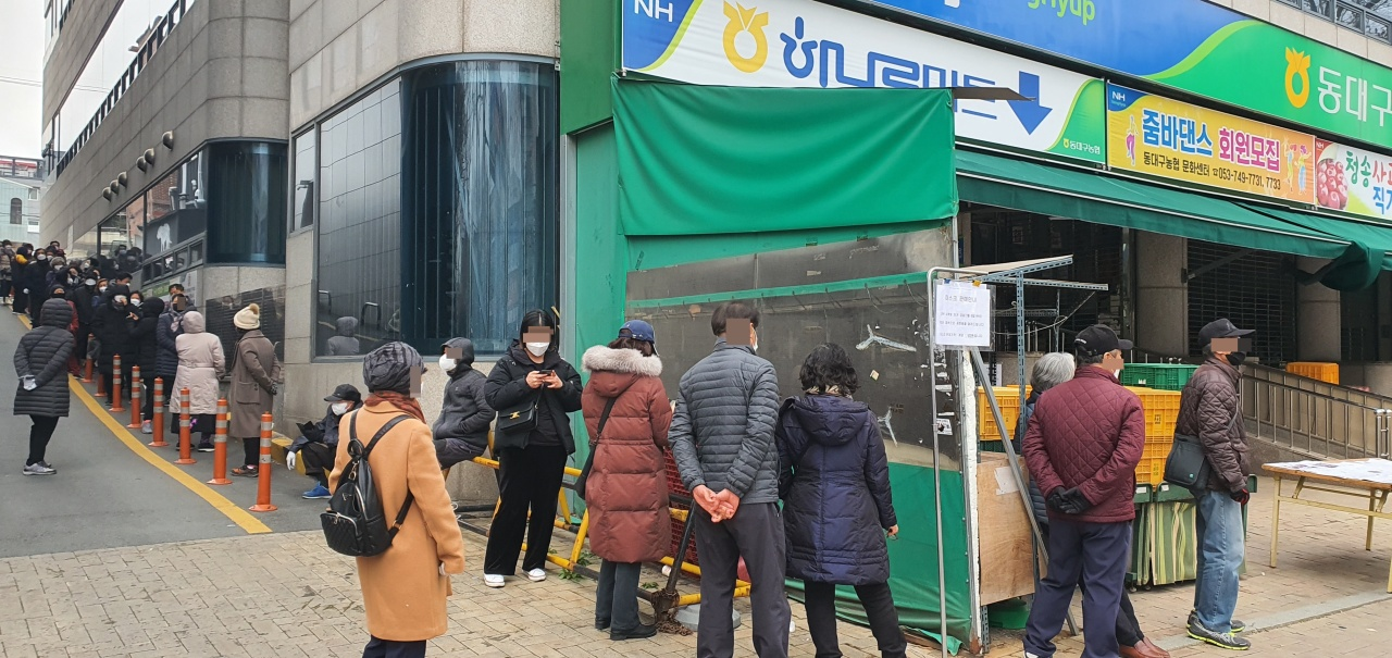 People wait to purchase face masks at a Hanaro-mart in Seoul on Saturday. (Yonhap)