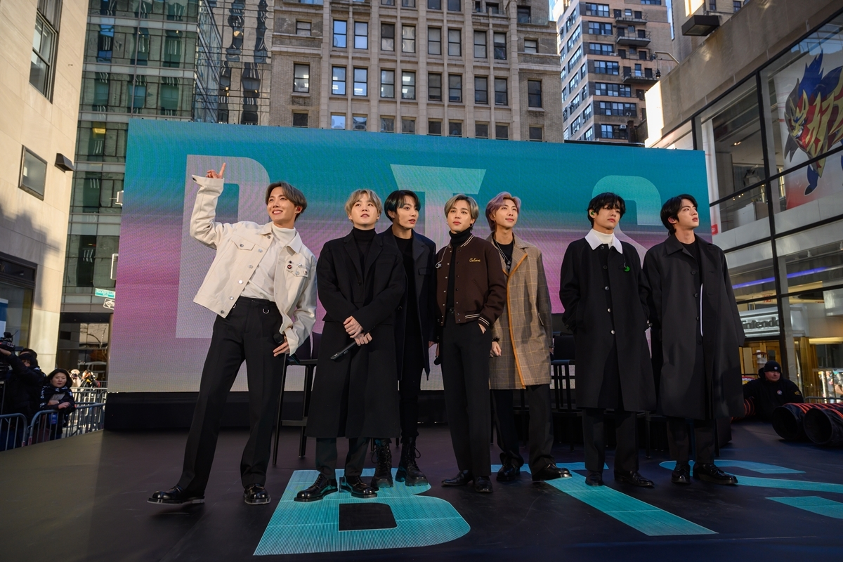 """BTS appears onstage outside the Rockefeller Center, on NBC's """"Today"""" on Feb. 21. (Yonhap)"""