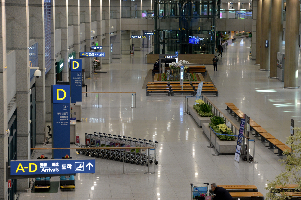 The arrivals hall at Incheon Airport, the main international gateway to Korea, is empty Monday morning. (Yonhap)