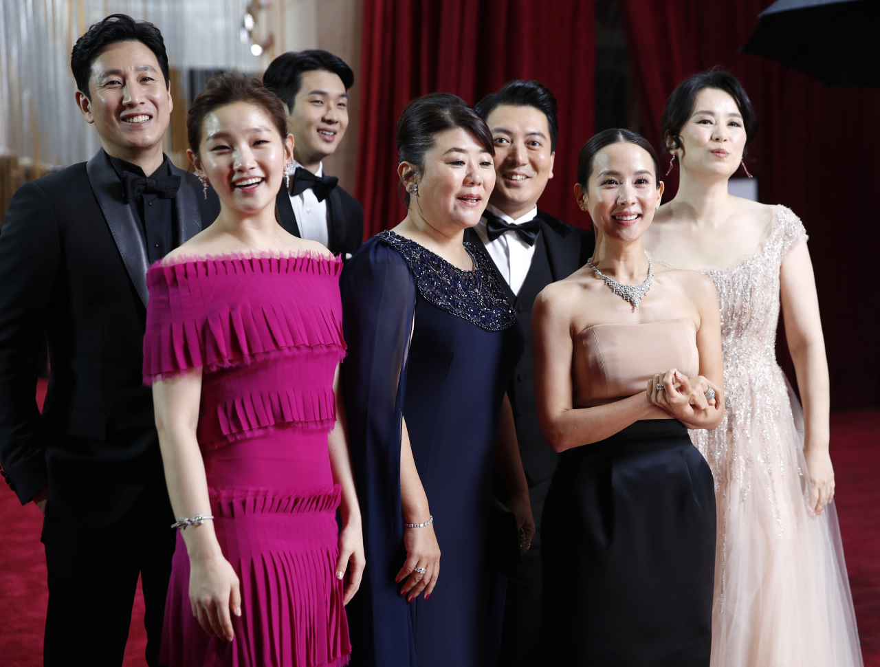"""The cast of """"Parasite"""" poses at the Academy Awards on Feb. 9. (Reuters - Yonhap)"""