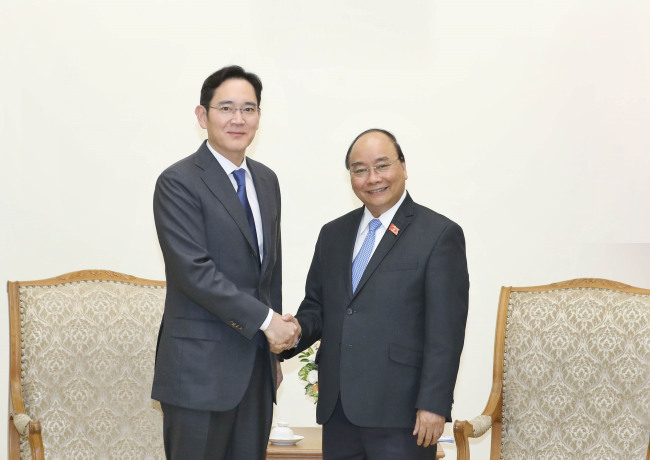 Samsung Electronics Vice Chairman Lee Jae-yong (left) shaking hands with Vietnamese Prime Minister Nguyen Xuan Phuc, Oct. 30, 2018 (Yonhap)