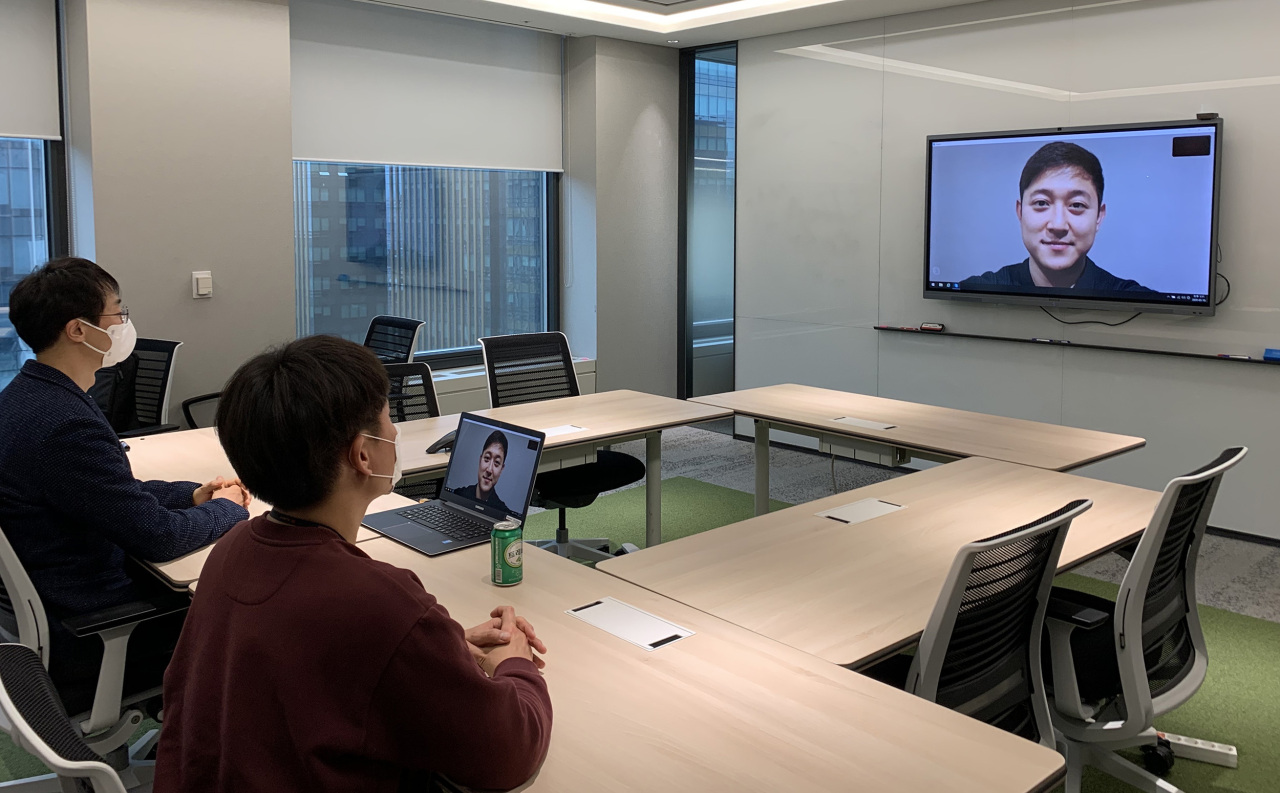 SK Innovation employees test the company's video interview system. (SK Innovation)
