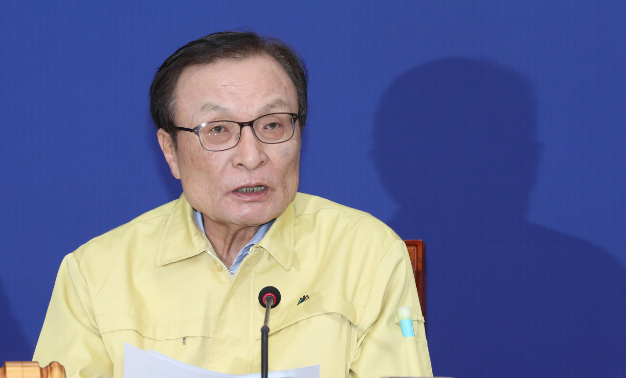 Democratic Party Chairman Rep. Lee Hae-chan speaks at a party meeting on Wednesday. Yonhap