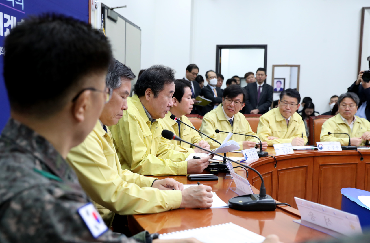 Cheong Wa Dae, government and ruling Democratic Party officials hold a meeting on COVID-19 response on Wednesday. Yonhap