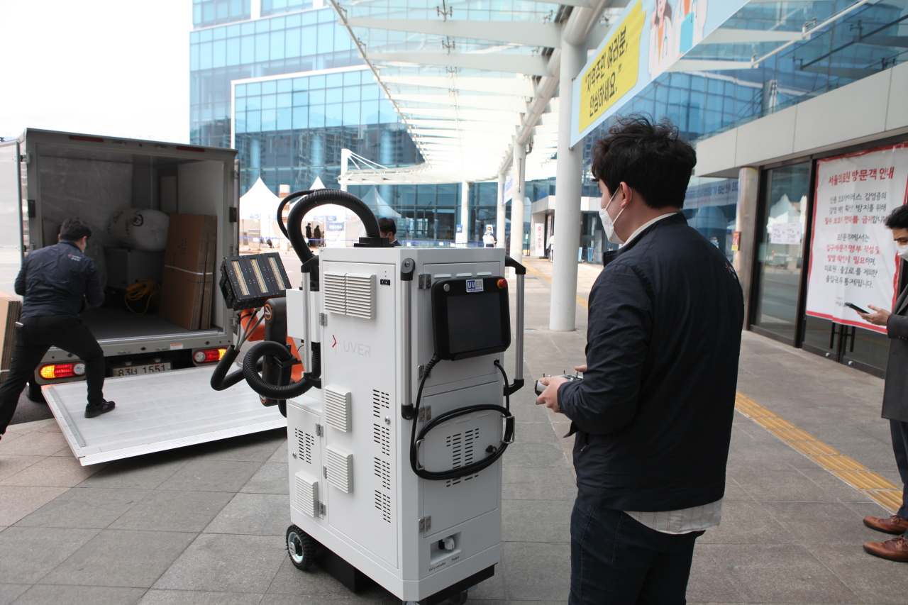 A robot that disinfects negative pressure rooms is seen at the Seoul Medical Center in northeastern Seoul on Friday. (Yonhap)