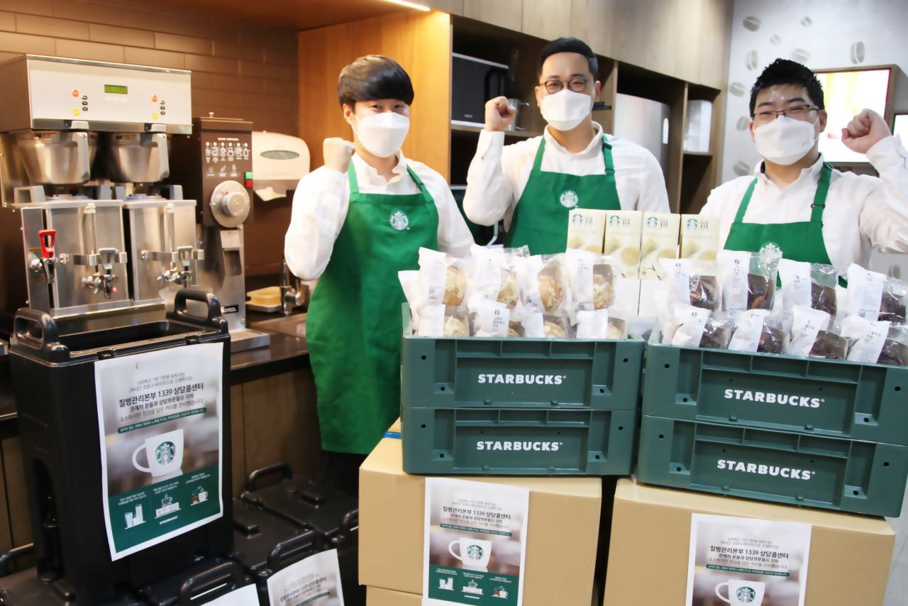 Starbucks officials pack coffee to be delivered to workers at the disease control center hotline 1339. (Starbucks Korea)