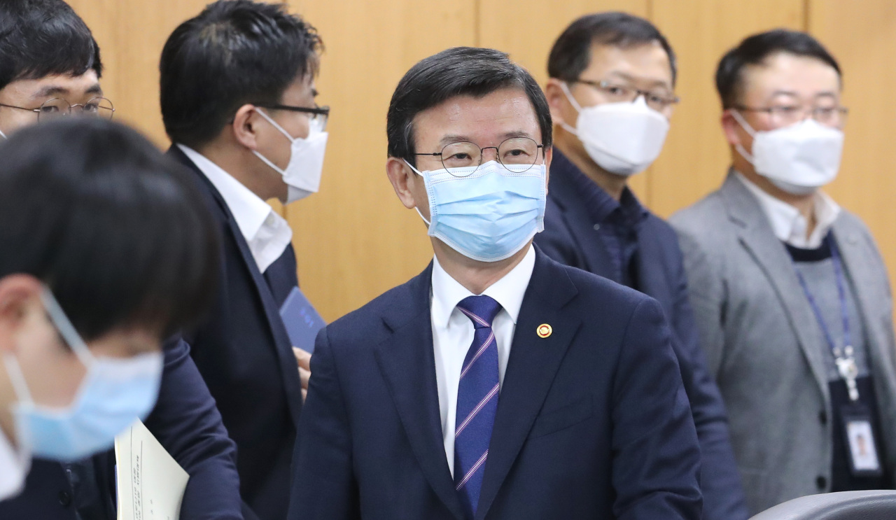Oceans Minister Moon Seong-hyeok (center) attends a meeting to discuss measures for the fisheries industry tonavigate the COVID-19 outbreak at the administrative city Sejong on March 9. (Yonhap)