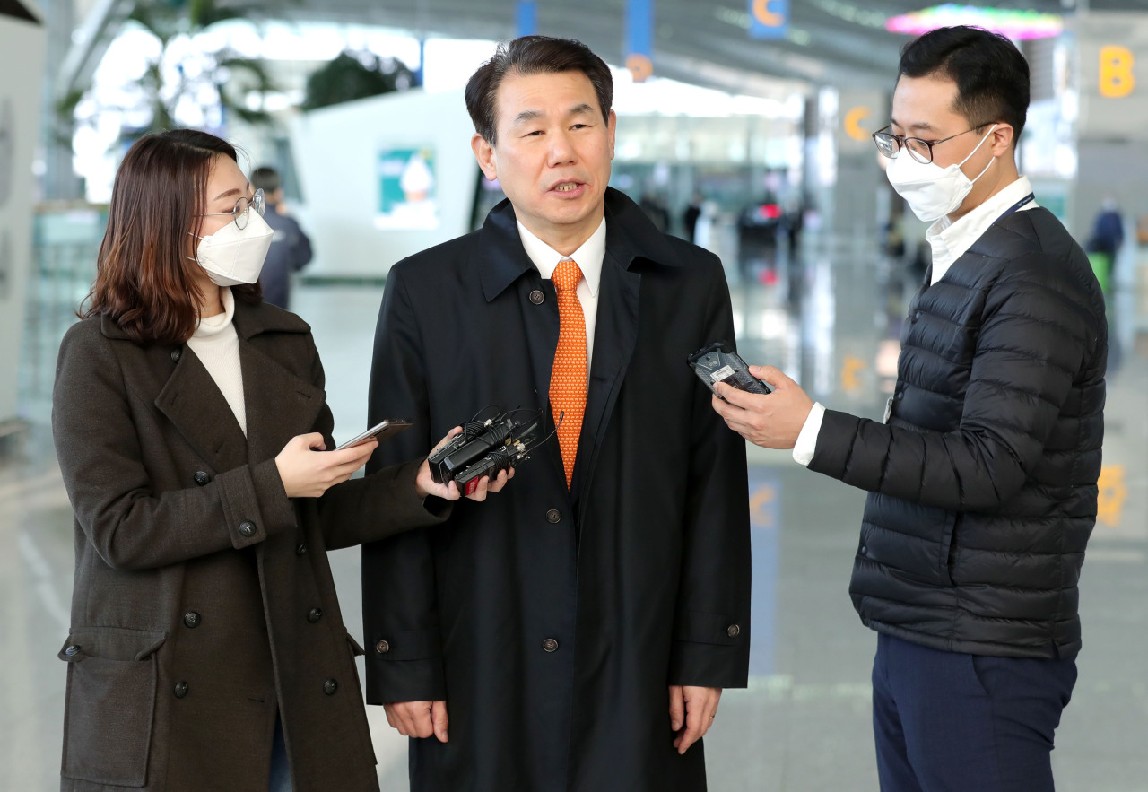 Jeong Eun-bo, Seoul's top negotiator for the defense cost-sharing talks, speaks to reporters before departing for LA at Incheon International Airport on March 16, 2020. (Yonhap)
