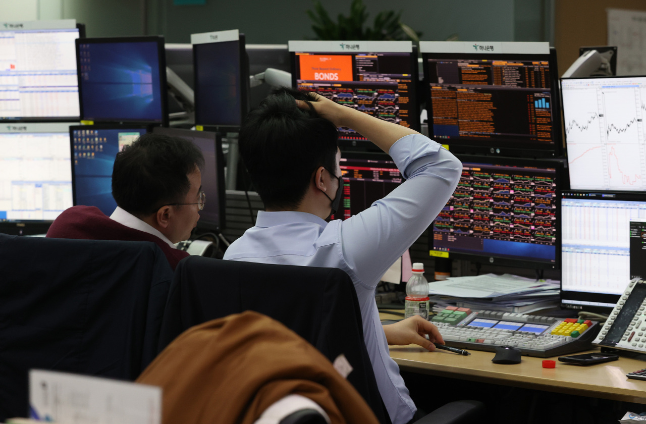 Dealers monitor data at the foreign exchange dealing room of Hana Bank headquarters in Seoul on Tuesday. (Yonhap)