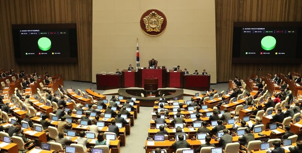 The National Assembly approves an 11.7 trillion-won (US$9.42 billion) extra budget on March 17, 2020, to help contain the novel coronavirus. (Yonhap)