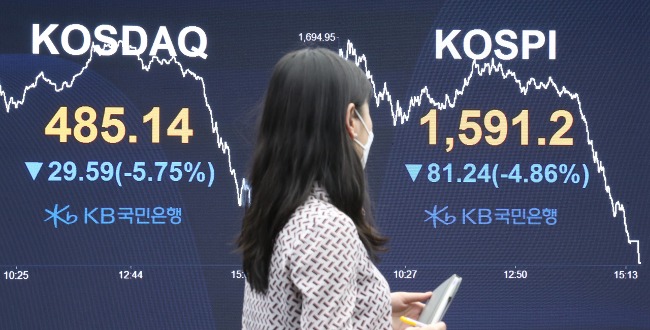 A sign at a dealing room of KB Kookmin Bank in Seoul shows the Wednesday's closing prices of two major stock indexes. (Yonhap)
