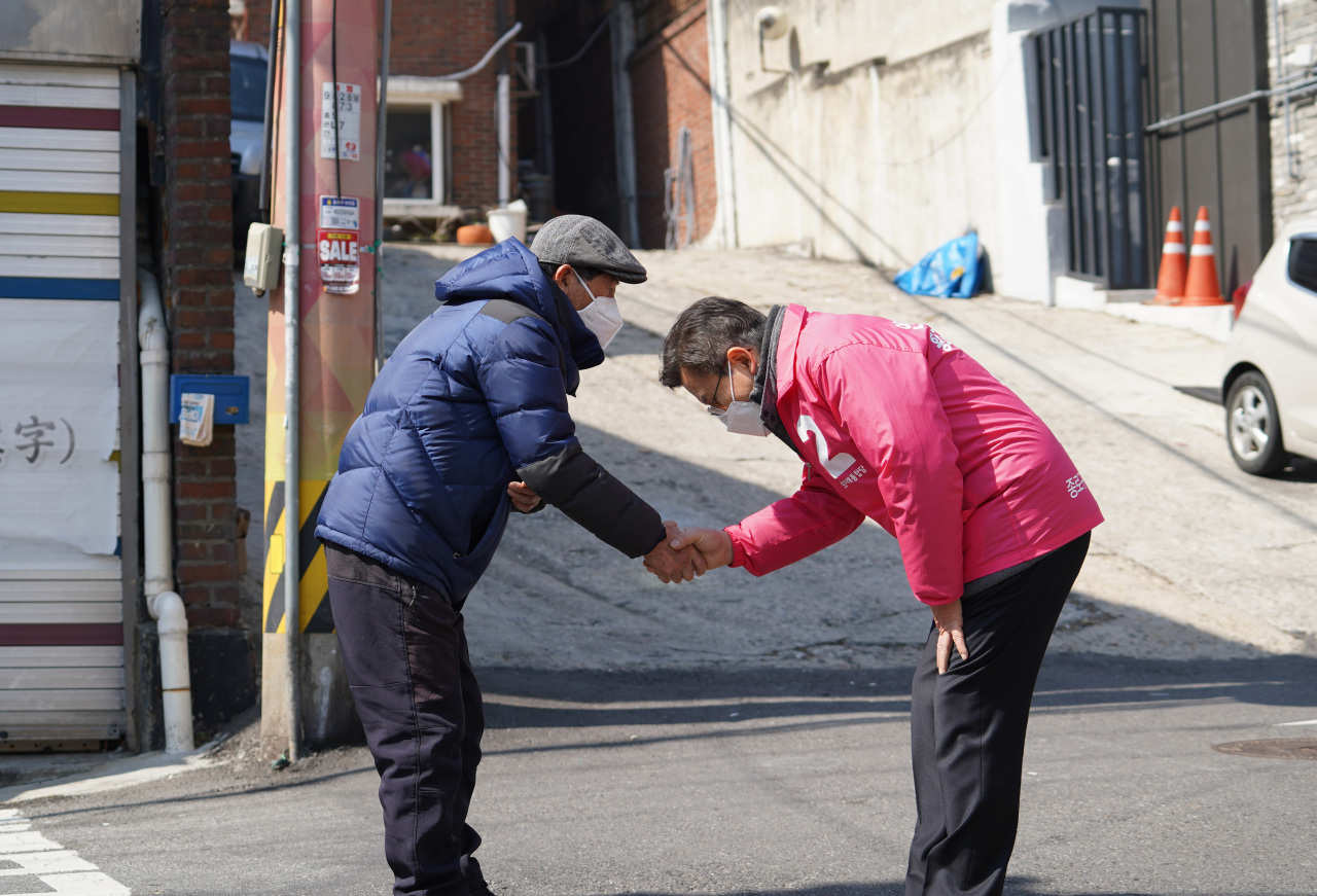 Hwang Kyo-ahn (right) photographed greeting a Jongno citizen on Wednesday. (Yonhap)
