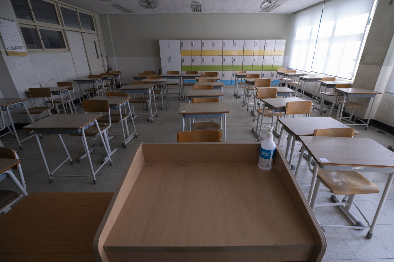 Photo shows an empty classroom at a high school in Yongsan, central Seoul district. (Yonhap)