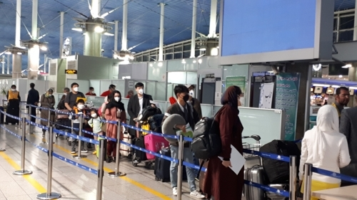 Koreans depart Iran's capital Tehran, to board a chartered flight in Dubai, United Arab Emirates, on Thursday. (Yonhap)