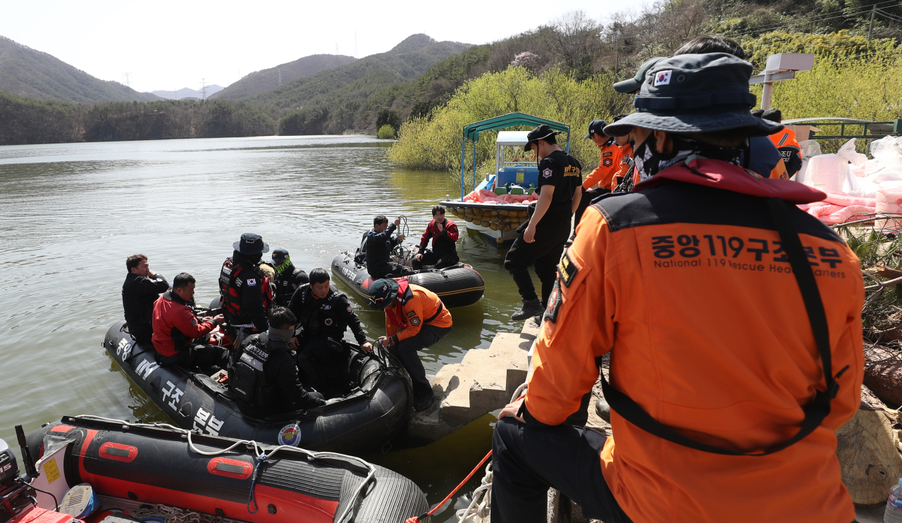 Rescue workers search for a crew member of a crashed helicopter at a reservoir in the southeastern city of Ulsan on Friday. (Yonhap)