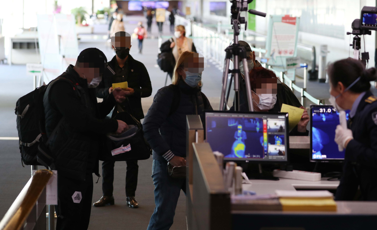 Travelers enter through special entry procedures at Incheon International Airport. (Yonhap)
